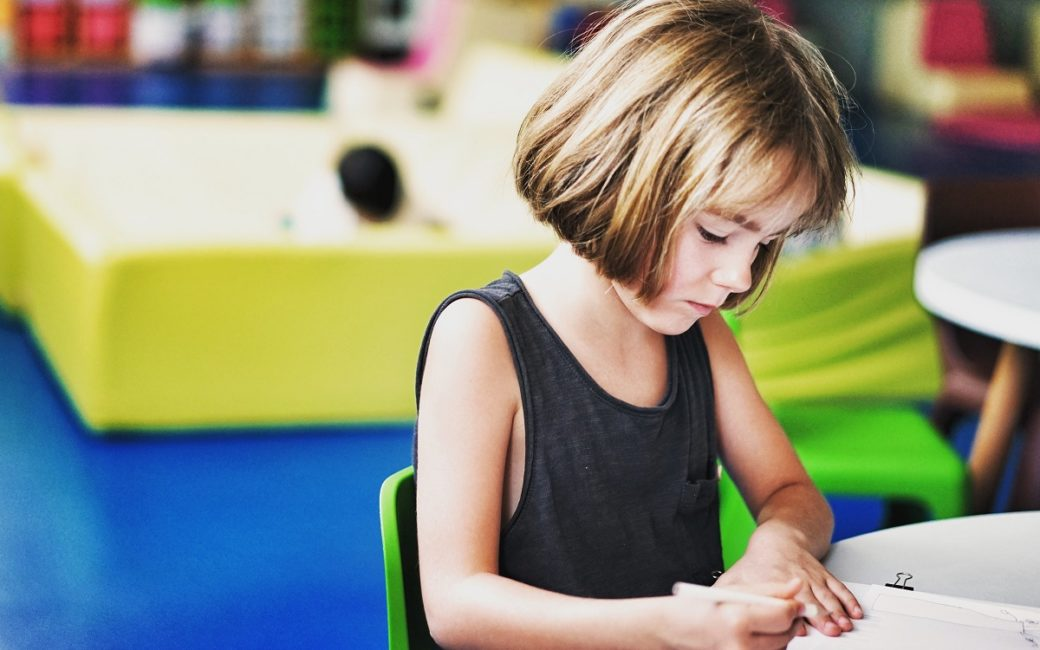 Décès d'un parent : comment l'école accompagne un enfant orphelin ?