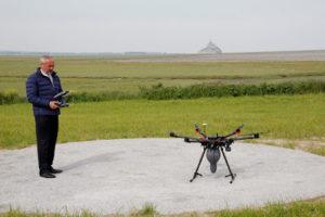 Jean de Montgolfier et son drone de dispersion des cendres devant la baie du Mont Saint-Michel