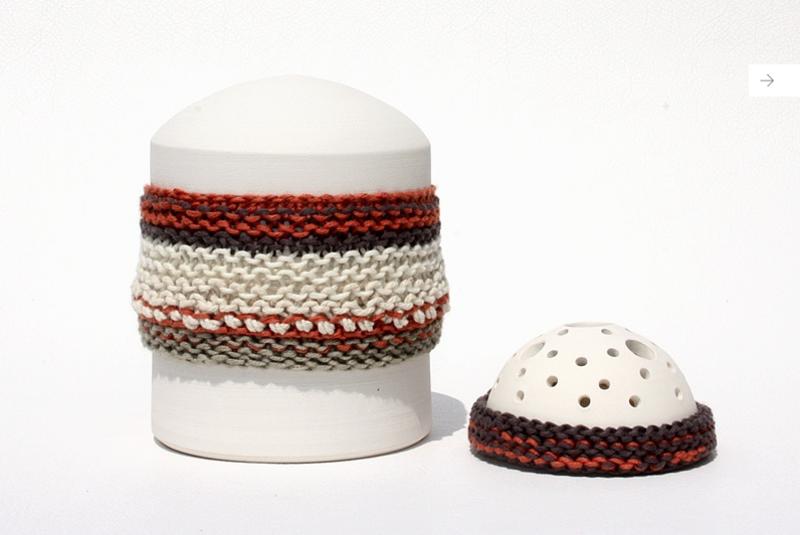 urne funeraire enfant rouge et blanche  avec tricot