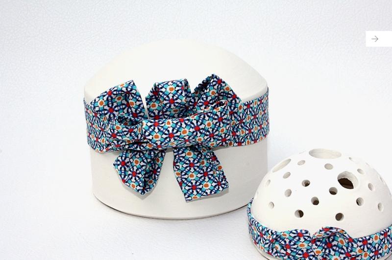 urne funeraire enfant en terre blanche et lien en coton bleu