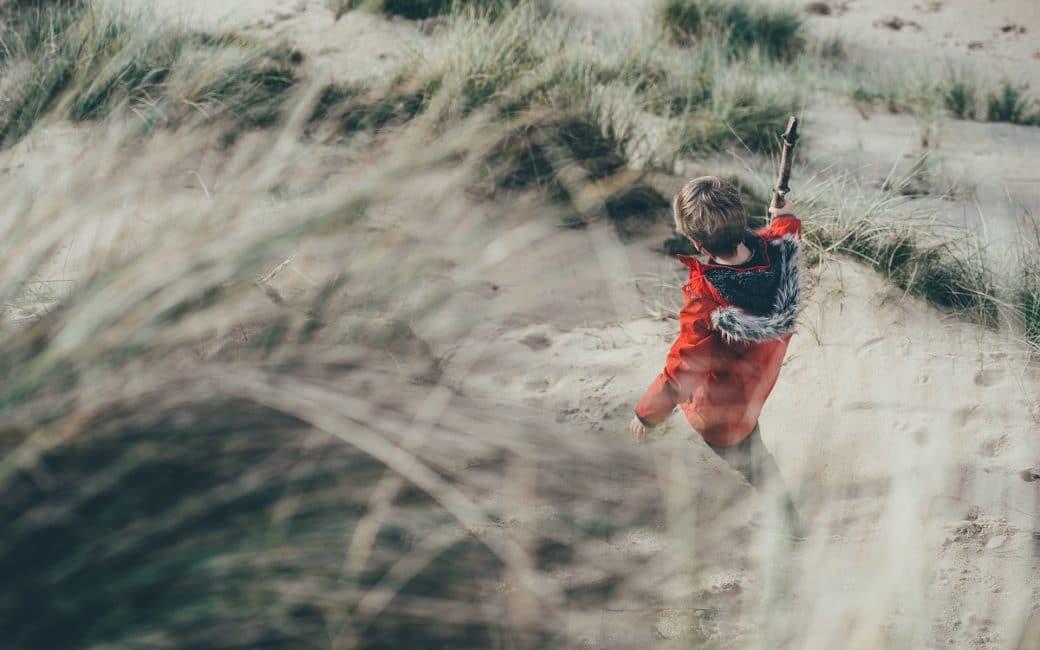 Enfant avec un bâton de marche