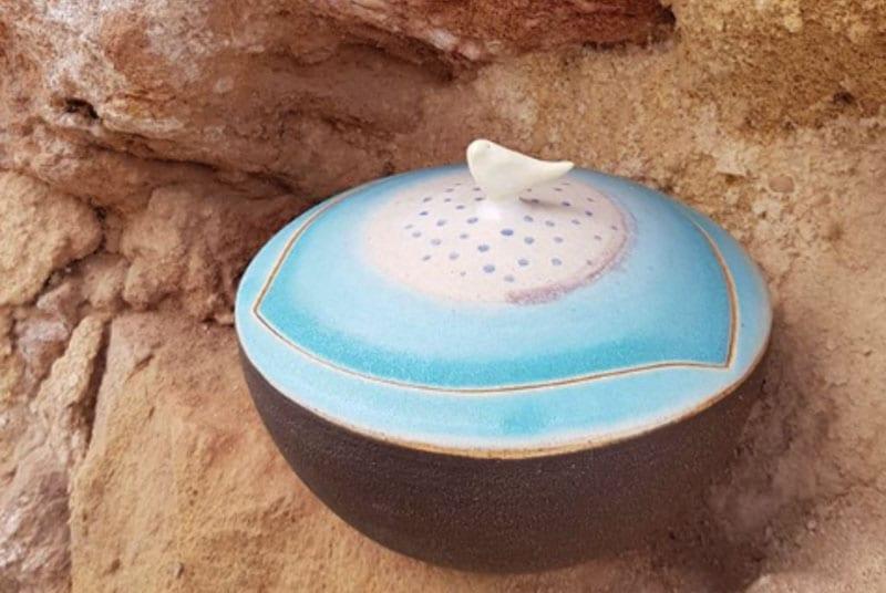urne funeraire en ceramique bleue avec oiseau