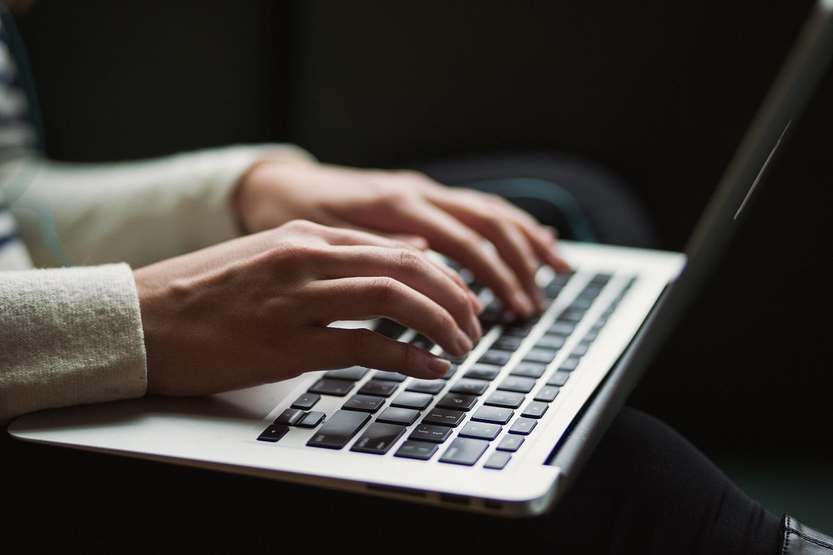 Mains pianotant sur un clavier d'ordinateur portable