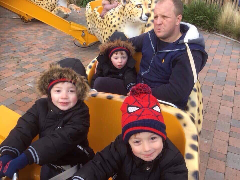 enfant avec bonnet Spider-Man - famille