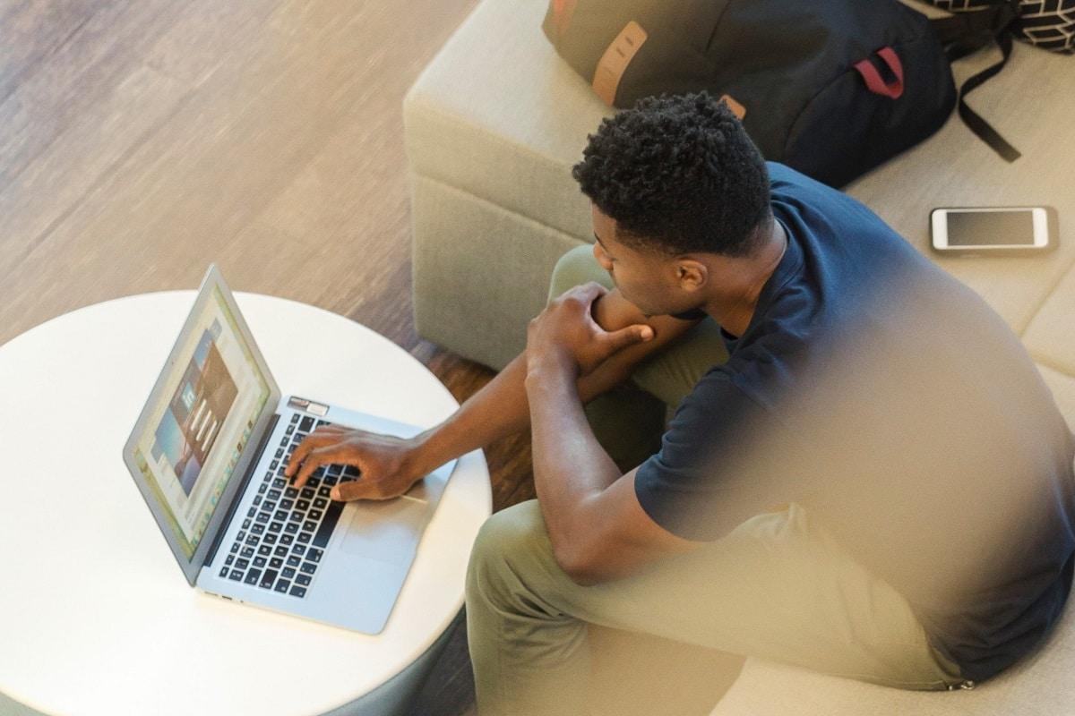 ordinateur-linkedIn-jeune-homme