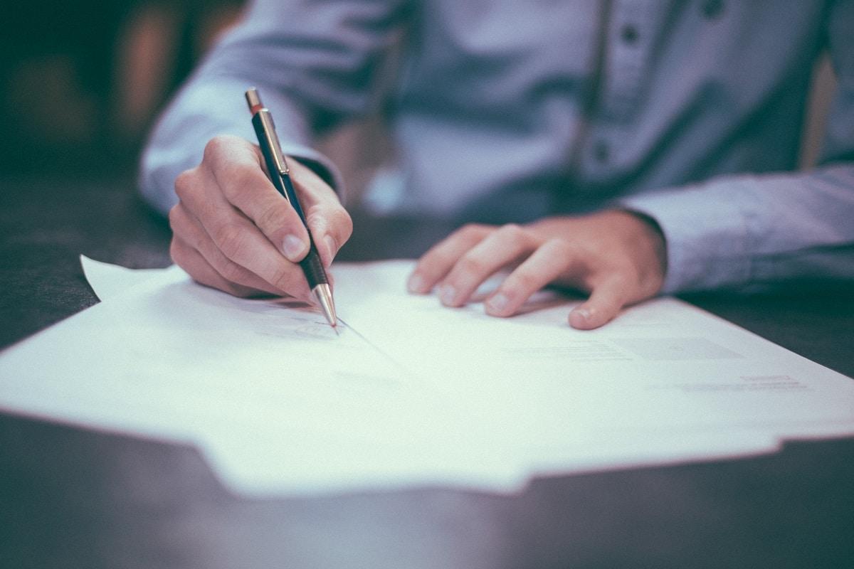 contrat-papiers-signature-travail-bureau