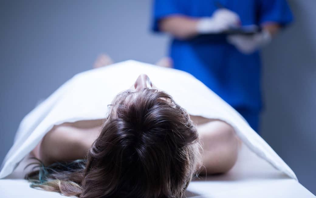 autopsie femme morte allongée