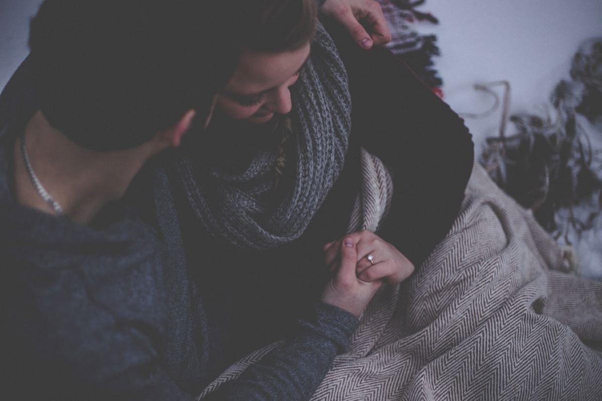 un couple se prend dans les bras