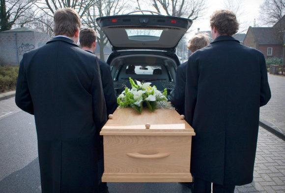 Le coût des funérailles : les porteurs et le corbillard