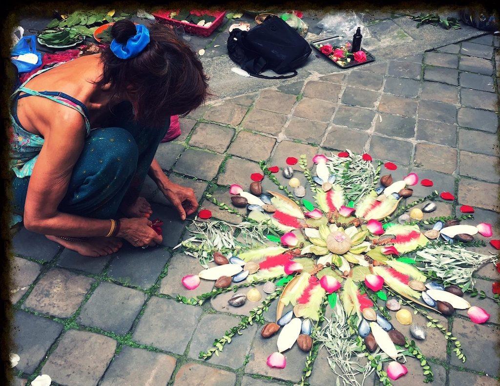 Tchina Hou creatrice de mandala de deuil