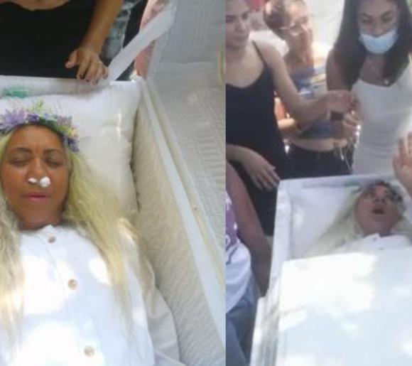 À 59 ans, Mayra Alonzo organise ses funérailles de son vivant en se glissant dans son propre cercueil