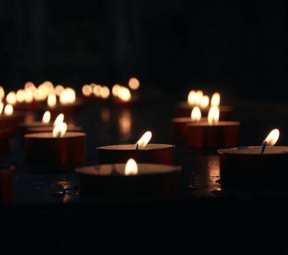chemin-de-bougies-allumees