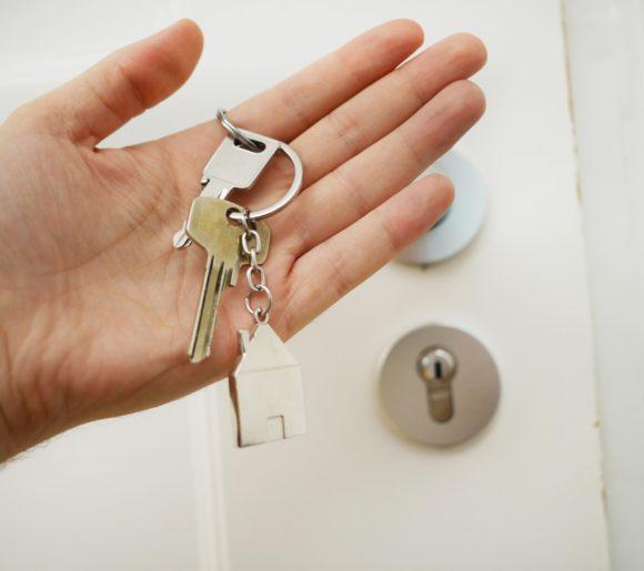 Clés du logement après le décès d'un des conjoints dans un couple